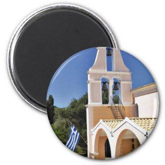 Iglesia griega en un día de verano iman de nevera