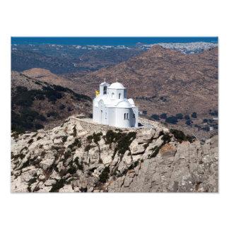 Iglesia sola en las montañas griegas fotografía