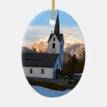 Iglesia suiza en las montañas adornos
