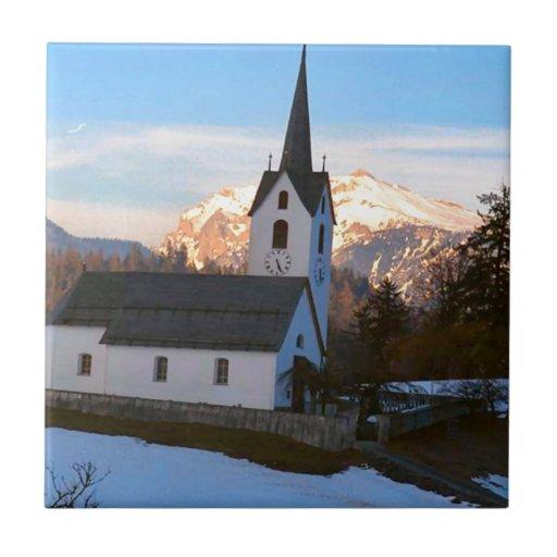 Iglesia suiza en las montañas azulejo cuadrado pequeño
