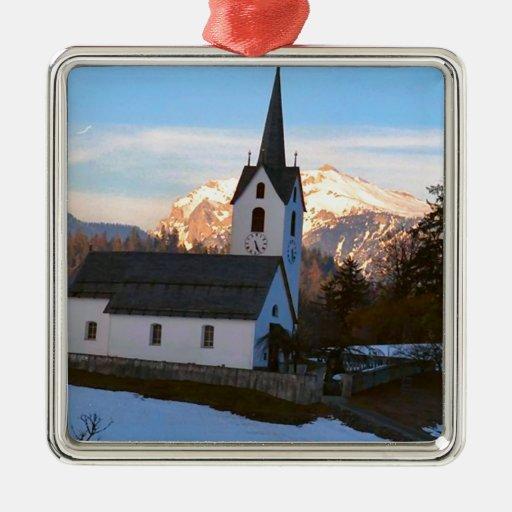 Iglesia suiza en las montañas ornamentos de reyes magos