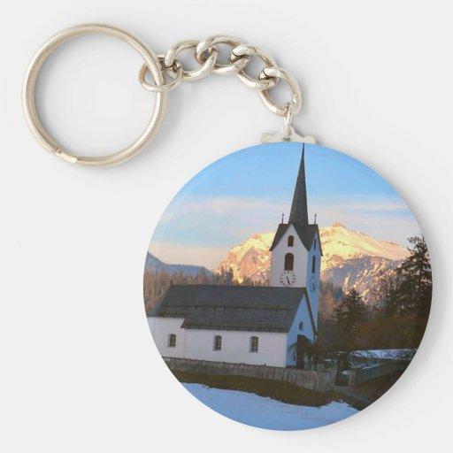 Iglesia suiza en las montañas llavero personalizado