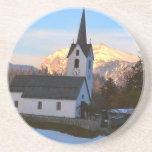 Iglesia suiza en las montañas posavaso para bebida