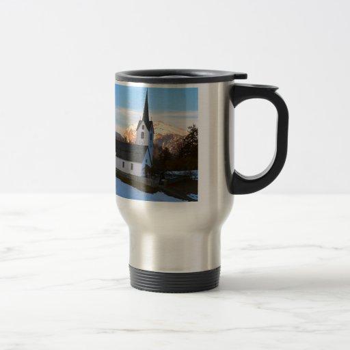 Iglesia suiza en las montañas tazas de café