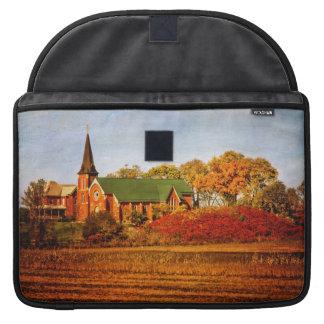 Iglesia vieja con colores de la caída fundas para macbooks