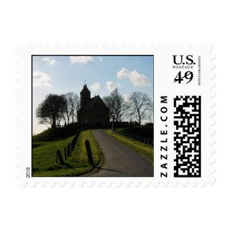 Iglesia y árboles en sellos de la silueta de la