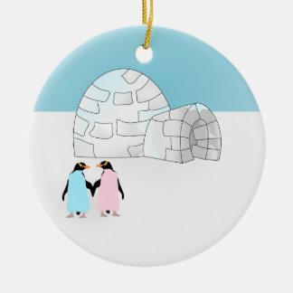 Iglú con los pingüinos coloreados adorno navideño redondo de cerámica