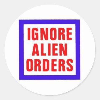 Ignore las órdenes extranjeras pegatina redonda