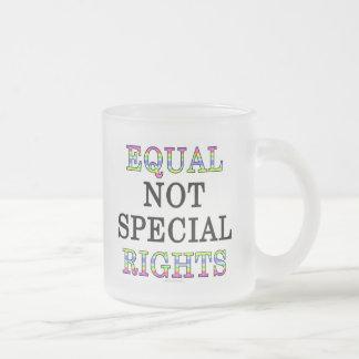 Igual, no especial, las derechas taza