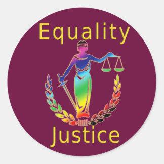 Igualdad y justicia pegatina redonda