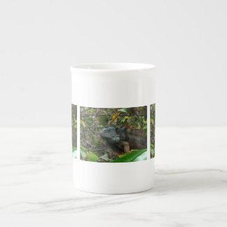 Iguana de la selva taza de porcelana