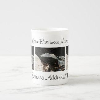 Iguana en las sombras taza de porcelana