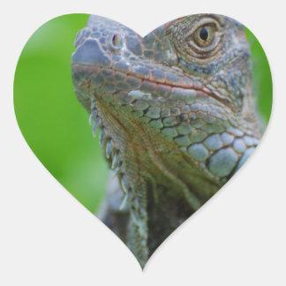 Iguana linda pegatina en forma de corazón