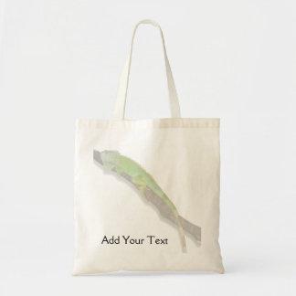 Iguana verde en la bolsa de asas blanca
