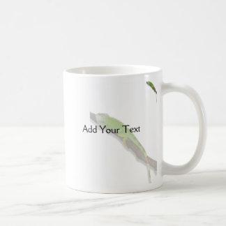 Iguana verde en la taza blanca