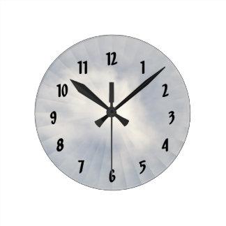 Ilusión de un despertador de la nube reloj redondo mediano