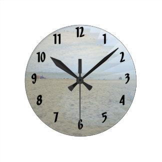 Ilusión de una mercancía de oro de la playa reloj redondo mediano