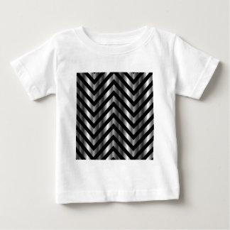 Ilusión óptica con las barras de metal y las t-shirts