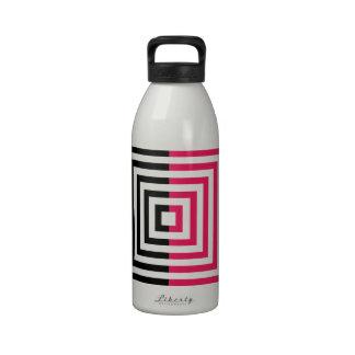 Ilusión óptica con los cuadrados botella de agua reutilizable