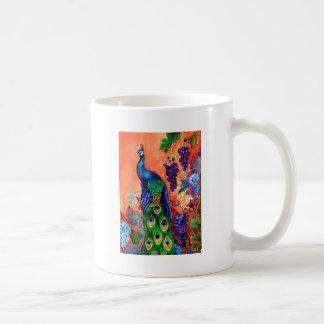 Ilustraciones de la uva del pavo real taza básica blanca
