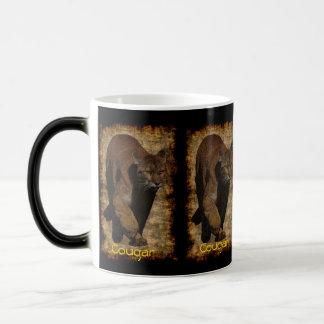 Ilustraciones del león de montaña del puma en una taza mágica