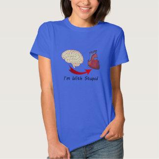 Im con la camiseta estúpida del corazón y del remeras