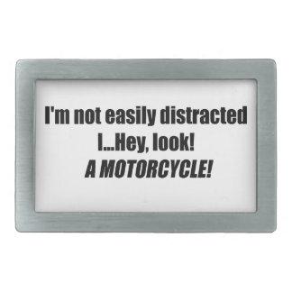 Im distraído no fácilmente ey miro una motocicleta hebillas de cinturón