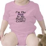 Im el rosa en mi camisa del bebé de Daddys Camo