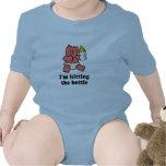 Im que golpea la camiseta del bebé de botella