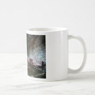 Im Wartesaal des Zerfalls Mug