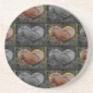 Imagen a cuadros del corazón en melocotón y gris posavaso para bebida
