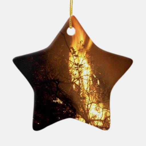 Imagen ardiente de la hoguera de la forma del adorno navideño de cerámica en forma de estrella