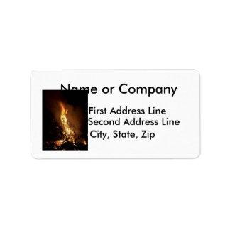 Imagen ardiente de la hoguera de la forma del etiquetas de dirección