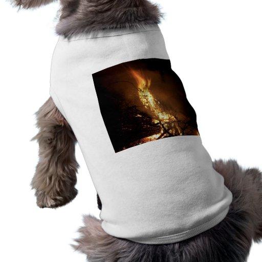 Imagen ardiente de la hoguera de la forma del homb camisas de mascota