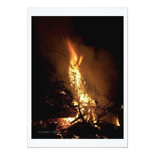 """Imagen ardiente de la hoguera de la forma del invitación 5"""" x 7"""""""