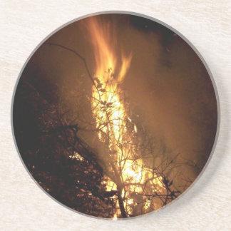 Imagen ardiente de la hoguera de la forma del posavaso para bebida