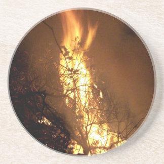 Imagen ardiente de la hoguera de la forma del posavasos manualidades