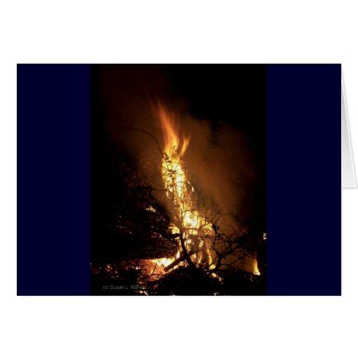 Imagen ardiente de la hoguera de la forma del tarjeta de felicitación