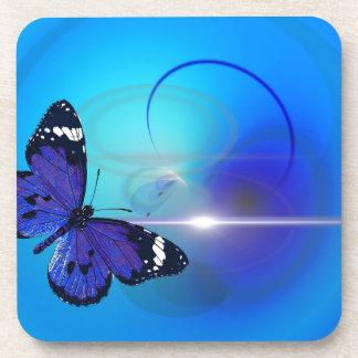 Imagen azul de la mariposa posavasos de bebida