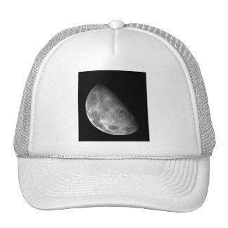 Imagen blanco y negro de la media luna gorras de camionero