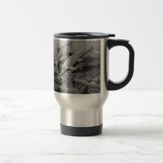 Imagen blanco y negro del ichthyosaur retro del taza de viaje de acero inoxidable