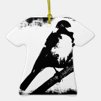 Imagen blanco y negro del pájaro adorno de cerámica en forma de playera