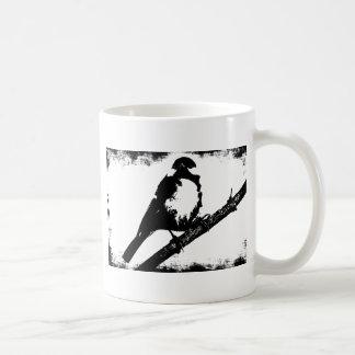 Imagen blanco y negro del pájaro taza básica blanca