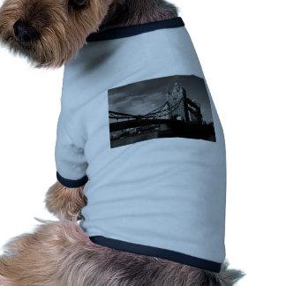 imagen blanco y negro del puente de la torre camiseta con mangas para perro