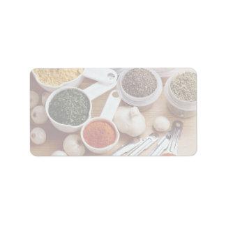 Imagen de especias frescas con los clavos de ajo etiquetas de dirección