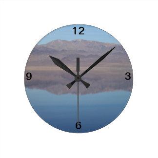 Imagen de espejo del lago walker reloj redondo mediano