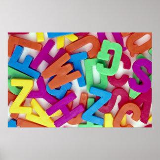 Imagen de letras plásticas coloridas póster