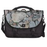 Imagen de piedras en una playa bolsas para ordenador