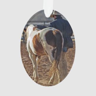 Imagen de un caballo que camina con un vaquero