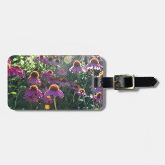 Imagen de un manojo de flores púrpuras etiqueta para equipaje